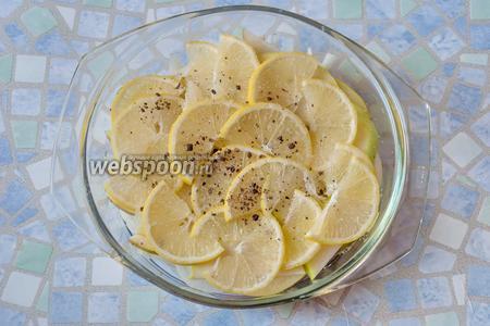 Слой 4 — тоненькие дольки лимона, сахар и перец.