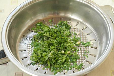 В сковороде разогреть подсолнечное масло, выложить петрушку с чесноком.