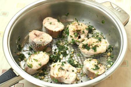 Затем, аккуратно перевернуть стейки и готовить ещё 7 минут. По необходимости, в сковороду добавлять немного воды, 2-3 ст. л. Вкусный хек в чесночном соусе с петрушкой готов! Приятного аппетита!