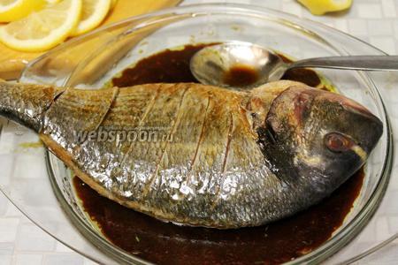 Полить рыбу маринадом, дать помариноваться минут 10-15, периодически поливая и переворачивая рыбку.