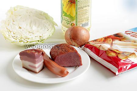 Для приготовления пирога нужно взять готовое слоёное дрожжевое тесто, капусту, каплю кетчупа, крупную луковицу, масло растительное и разные копчености, по желанию.