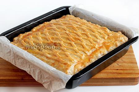 Готовому пирогу дать немного остыть в форме, а затем извлечь и можно нарезать.  Он получается очень нежным и сочным.