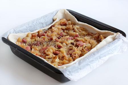 Выложить начинку на тесто, равномерно распределяя ее по поверхности.