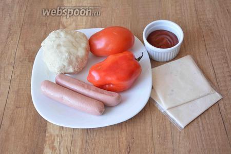 Для приготовления нам необходимо тесто для пиццы, помидор, перец болгарский, сыр плавленный (в пластинах), сосиски молочные, кетчуп.