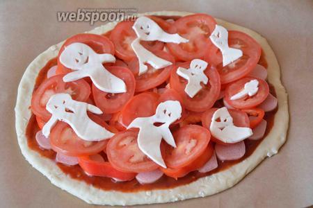 Затем всё просто, с помощью кончика ножа, вырезаем на плавленом сыре форму приведения. На каждом кусочке сыра получается по 2 приведения. Раскладываем в произвольном порядке приведения и ставим пиццу в разогретую, до 180°С духовку, на 20 минут.