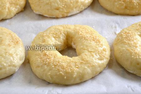Остывшие заготовки смажьте яйцом и посыпьте кунжутом. Отправьте в разогретую духовку минут на 25.