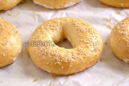 Бейглы готовы, когда корочка сверху станет золотистой. Теперь их можно остудить, а затем использовать для приготовления различных сэндвичей. Мне, например, очень нравятся бейглы с арахисовым маслом и джемом.