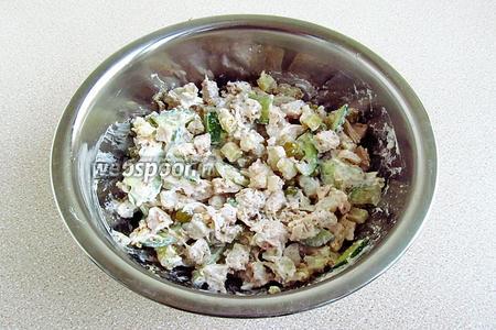 Салат перемешать до однородности. Для сочности можно добавить немного заливки от консервированного горошка.  Подать салат порционно, украсив зеленью.