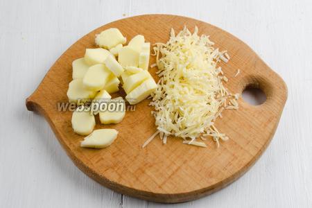 Сыр Сулугуни нарезать кусочками. Пармезан натереть мелко на тёрке.