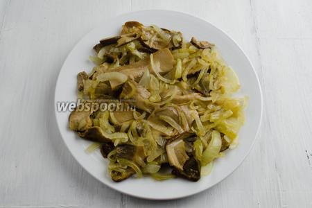 Готовую начинку из лука с грибами выложить на тарелку. Остудить.