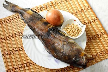 Для приготовления нам понадобятся терпуг, соль, перец чёрный молотый, лук репчатый, кедровые орешки и масло растительное.