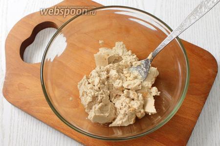 Отвариваем вкрутую и охлаждаем яйца. Печень отцеживаем от масла, разминаем вилкой.