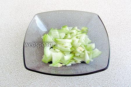 Луковицы очистить и мелко нарезать.