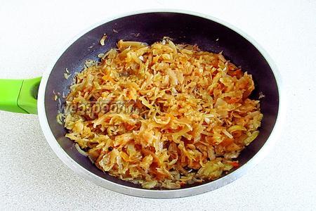 Сковороду накрыть крышкой и тушить капусту до мягкости, время от времени подливая рыбный бульон.