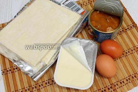 Для приготовления нам понадобятся тесто слоёное, сыр сливочный, яйца куриные, сайра в масле, для украшения маслины без косточек и петрушка.