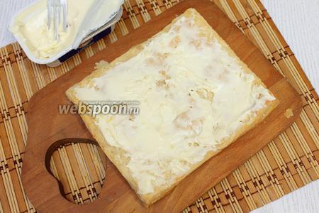 Намазываем 1 корж сыром.