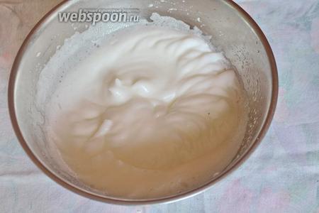 Взбить белки в отдельной посуде до крепкой пены со щепоткой соли.