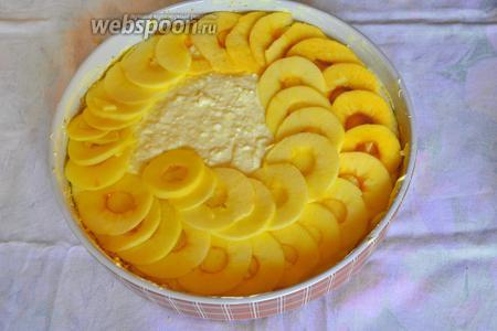 Выложить сверху красиво яблоки. Выпекать около 40 минут. Остудить в форме, иначе пирог не удастся красиво нарезать.