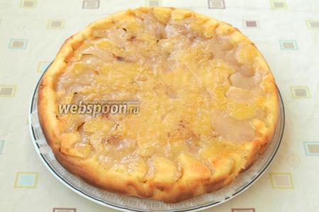 Духовку разогреть до 180°С, выпекать пирог 50 минут. Готовность проверить деревянной шпажкой. Пирог остудить в форме, затем накрыть и перевернуть на тарелку. Приятного аппетита!