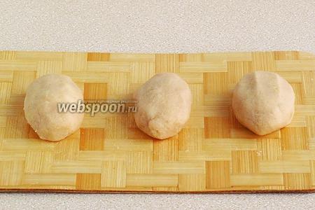 Соединить края картофельного «теста» и сформовать изделия так, чтобы получились пирожки яйцевидной формы — цепелинай.
