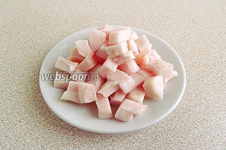 Оставшееся свиное сало нарезать мелкими кубиками.
