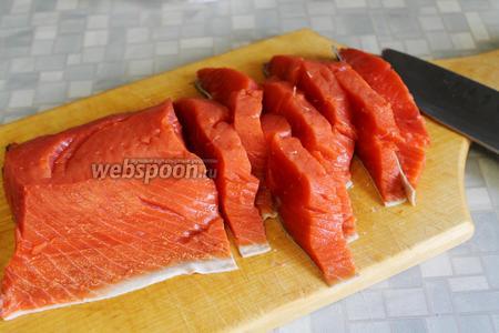 Рыбу промыть, осушить бумажным полотенцем, нарезать поперечными дольками, чуть меньше 1 сантиметра толщиной.