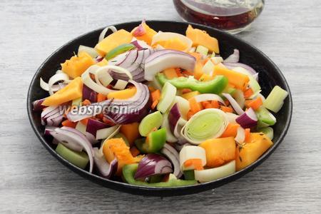 Твёрдую морковь делим самыми мелкими кубиками, остальные овощи разрезаем довольно крупными фрагментами — выкладываем на раскалённую сковороду с прогретым растительным маслом, листьями пряного тимьяна. При недостатке влаги, через 2 минуты, подливаем примерно 100 мл кипящей воды (при желании — молока или сливок).