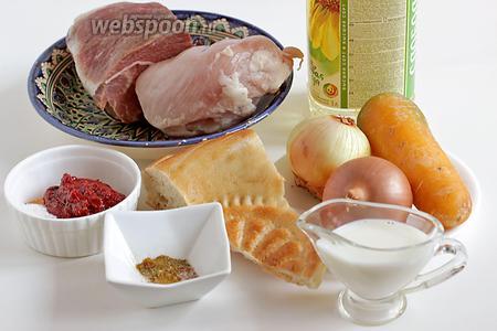 Для приготовления тефтелей из говядины и курицы возьмём 2 вида мяса, батон или лепёшку, молоко, лук, чеснок, морковь, сладкий перец, томатную пасту, растительное масло (для обжарки тефтелей и в соус), специи, сахар, соль.