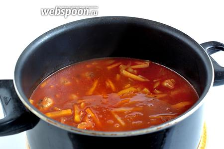 Залить полученным соусом тефтели, он должен их полностью покрыть. Довести до кипения и немного потушить.