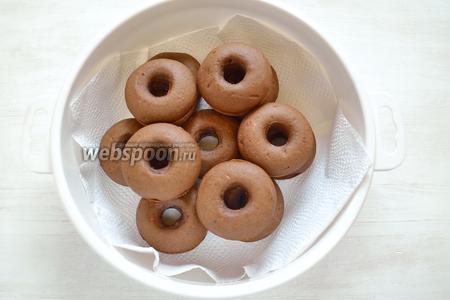 А можно пончики выложить в контейнер, закрыть и подержать в нём 1,5-2 часа или оставить на ночь. Благодаря этому, влага внутри пончиков распределится равномерно.