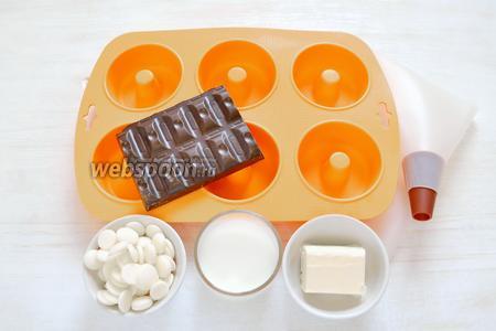 Для декора приготовим шоколад тёмный, шоколад белый, сливки жирностью 33%, сливочное масло, кондитерскую посыпку. А также формочки и кондитерский мешок с круглой насадкой диаметром 1 см.
