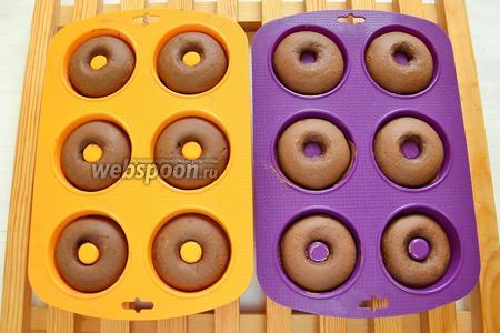 Пончики готовы. Оставляем в форме на 5 минут и вынимаем. Вынимаются они из формочек очень легко.