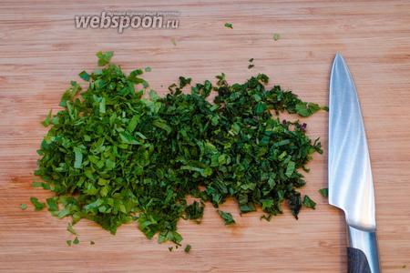 Мелко режем зелень. У меня листья сельдерея, мята и петрушка. Вы можете взять любую зелень на ваш вкус, но мята здесь явно нужна!