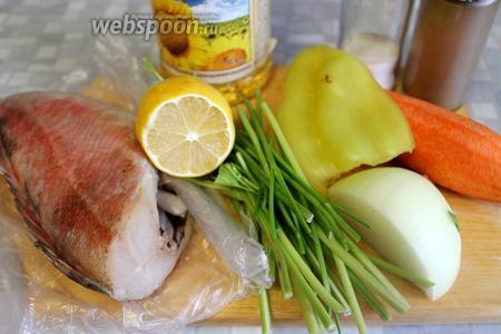 Для приготовления взять окуня, морковь, перец, лук, стебли петрушки, лимон, масло, соль, перец.