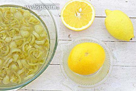 А пока тщательно промойте цитрусовые, ошпарьте кипятком лимон и апельсин. Снимите цедру. Разрежьте пополам и выдавите сок.