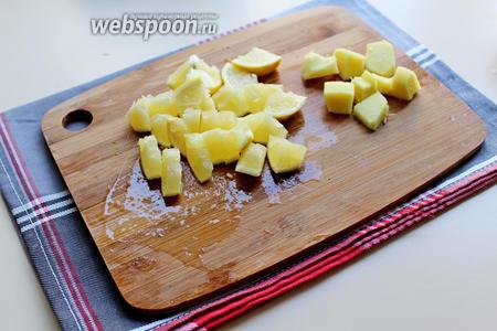 Имбирь очистить от кожицы и нарезать на кусочки. Лимоны хорошо промыть, нарезать на кусочки вместе с шкуркой, косточки удалить.