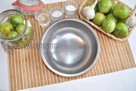 В миску нальём 350 миллилитров воды для маринада.