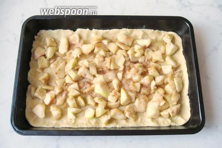 На тесто кладём яблоки.