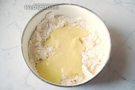 Добавляем эту смесь в муку со сливочным маслом.