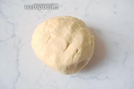 Замешиваем мягкое, эластичное тесто и кладём его на 30 минут в холод.