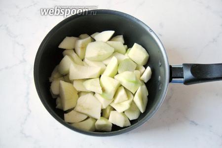 Готовим яблочную начинку. Яблоки моем, чистим, удаляем сердцевину и нарезаем небольшими кусочками. Выкладываем в кастрюлю с антипригарным покрытием.