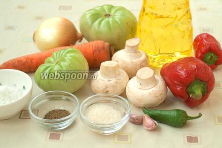 Для приготовления соте нам понадобятся зелёные помидоры (у меня крупные, поэтому достаточно взять 2 штуки), шампиньоны, болгарский перец, лук, морковь, перец острый, чеснок, сахар, молотый перец, соль и подсолнечное масло.