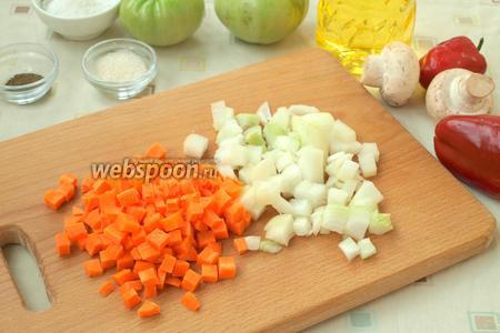 Лук и морковь нарезать небольшими кубиками.