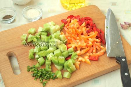 Нарезать соломкой болгарский перец, небольшими кубиками измельчить зелёные помидоры. Мелко нарезать острый перец.