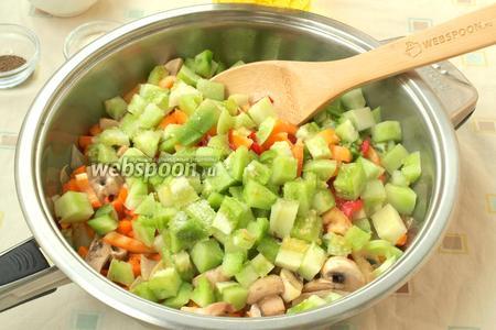 Добавить в сковороду с шампиньонами нарезанные овощи, посыпать по вкусу сахаром, я добавила 1 чайную ложку. Затем овощи перемешать.