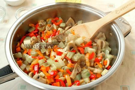 Тушить всё вместе на среднем огне около 7 минут, добавить молотый перец и соль по вкусу. В конце выдавить чеснок, накрыть сковороду крышкой и дать пропитаться чесночным ароматом. Для некоторых блюдо уже готово, и его можно дегустировать.