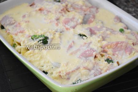 Залить яично-молочной смесью и запекать в разогретой до 200°С духовке 20 минут.