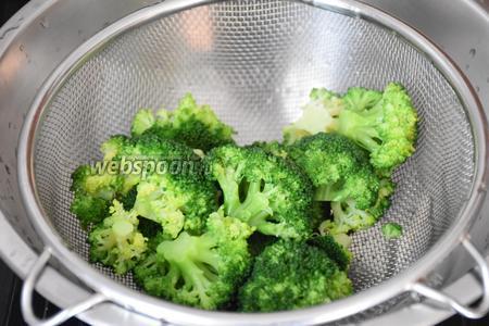 Брокколи разобрать на небольшие соцветия. Опустить на 3 минуты в кастрюлю с кипящей подсоленной водой. Отбросить капусту на дуршлаг и обдать холодной водой.