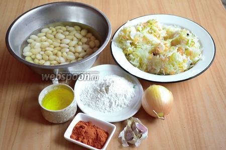 Для приготовления фасолевого супа с квашеной капустой нам потребуется белая фасоль, квашеная капуста, мука, подсолнечное масло, паприка, лук, чеснок.