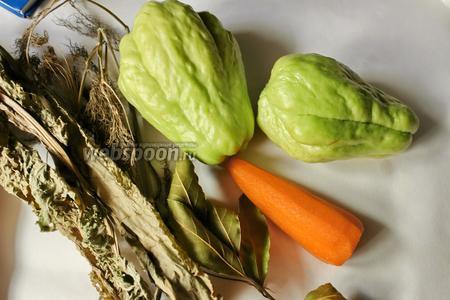 Для приготовления возьмём чайот, морковь, листья хрена и укропа (у меня сушёный, но лучше свежий), чёрный перец горошком, лавровый лист. А также воду, соль, сахар, уксус.